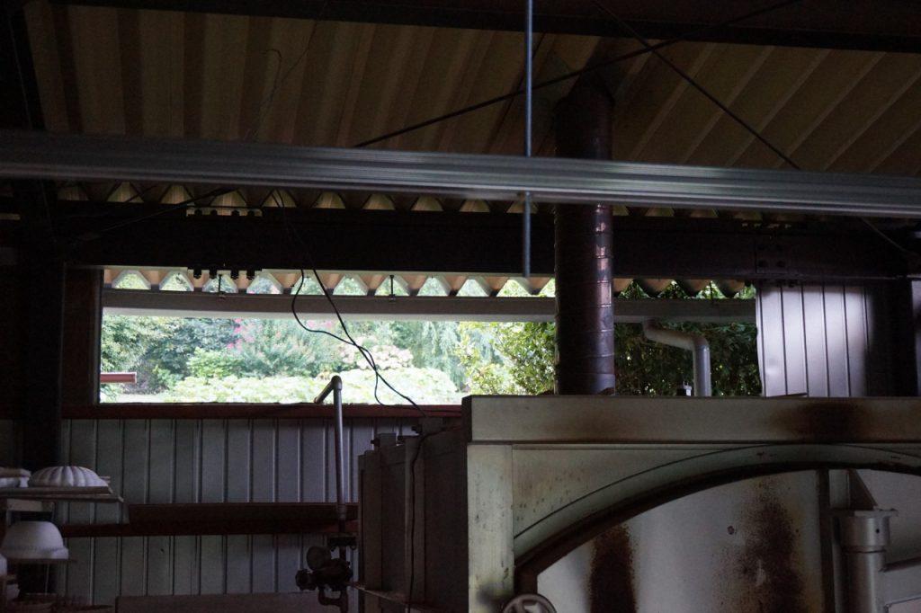あんまり暑いから、窯小屋の壁を壊した。なんでだろう、...