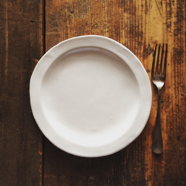 「白いラウンドリムプレート」よしざわ窯のお皿づくりは...