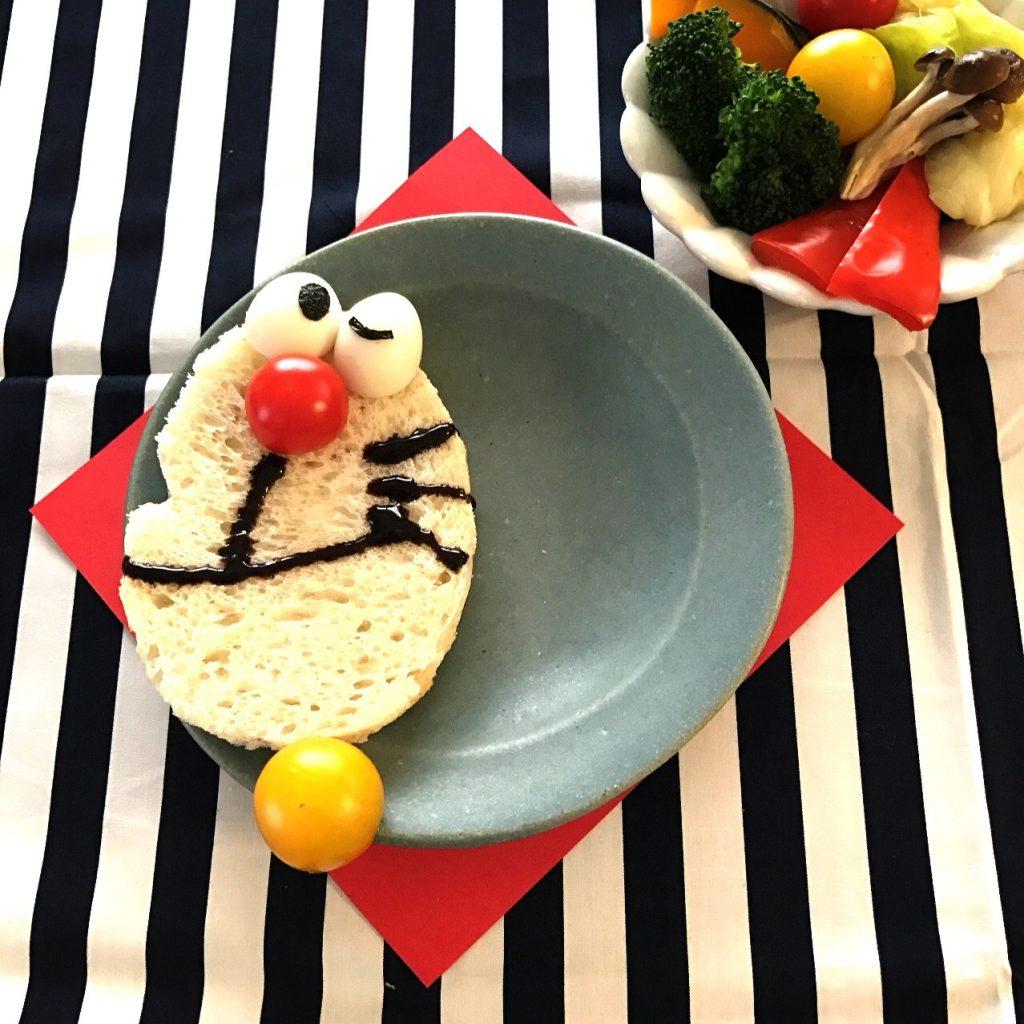 とある日の朝ごはん。パンと蒸し野菜サラダの取り皿にブ...