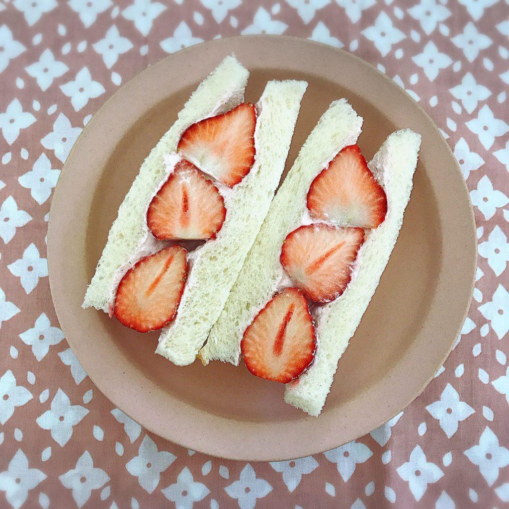 春の色は絶対ピンク派という娘2人と作った、ピンクのサンドイッチ。