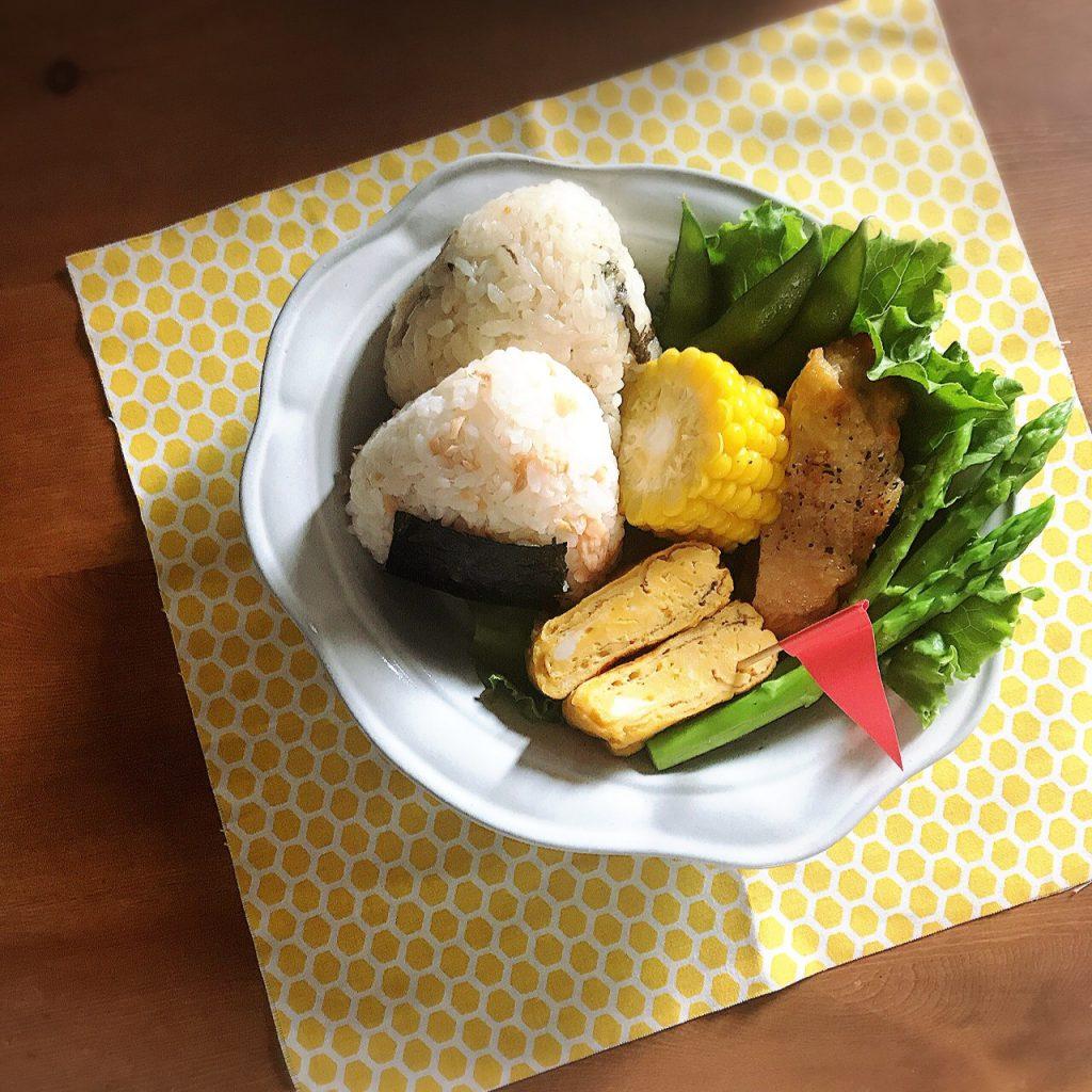 夏休み、我が家のこども達は、学童のお世話になっていて毎日お弁当持参なのですが、今日はパパがお休みなので、お昼を用意してきました。